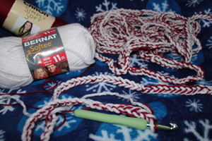 Crochet an easy peppermint twist Christmas garland with a PurlsAndPixels tutorial