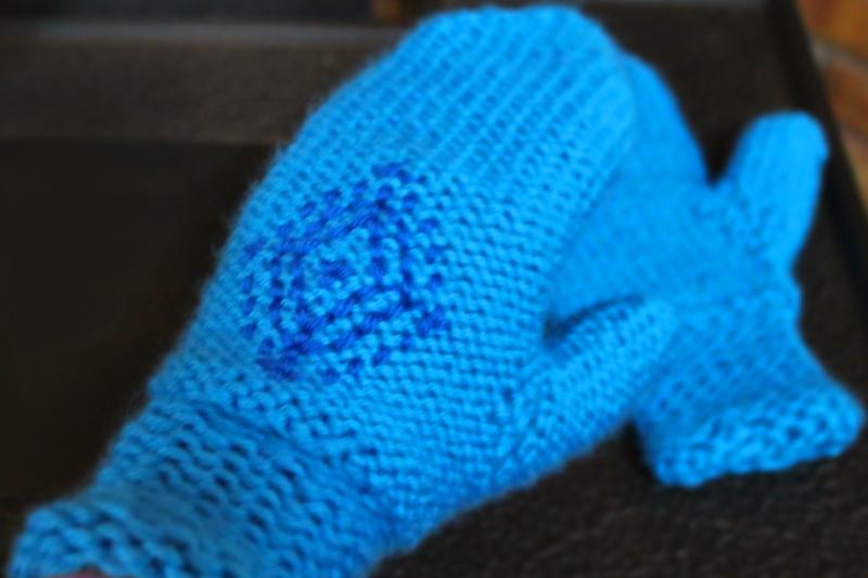 Knitting Pattern For Snowflake Mittens : Annas Snowflake Mittens in Frozen - PurlsAndPixels