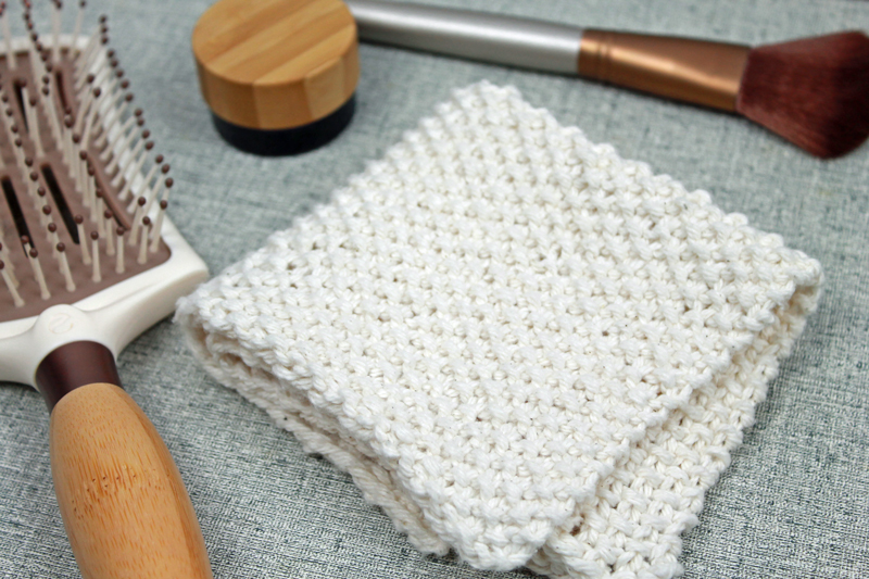 Seed stitch knit washcloth, free knitting pattern by PurlsAndPixels