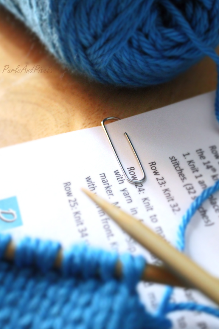Knitting & crochet trick, keep track of pattern rows with a paperclip, tip from PurlsandPixels