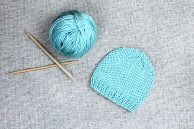 Simple beanie hat knitting pattern from Liz @PurlsAndPixels
